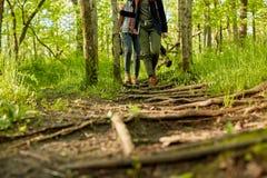 Deux femmes trimardant ensemble par la région boisée Images libres de droits