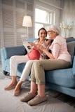 Deux femmes utilisant les pantalons beiges regardant l'enquête d'ultrason Photos libres de droits