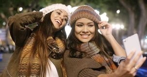 Deux femmes vivaces prenant un selfie Photo stock