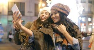 Deux femmes vivaces prenant un selfie Images stock