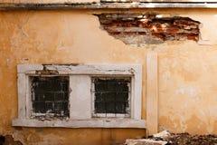 Deux fenêtres cassées du vieil immeuble de brique abandonné Photos stock