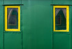 Deux fenêtres dans une vieille voiture de tourisme photos stock