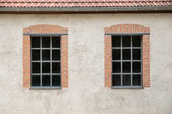 Deux fenêtres sur un mur gris de plâtre image libre de droits