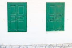 Deux fenêtres vertes sur un mur blanc Photo stock