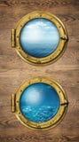 Deux fenêtres verticales de bateau avec la surface d'océan et sous-marins photos libres de droits