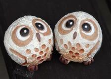 Deux figurines mignonnes de petit hibou Images stock