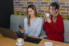 Deux filles à l'aide du smartphone Photo libre de droits