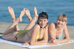 Deux filles à la mer Photographie stock