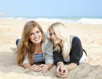 Deux filles à la mer proche extérieure Photos stock