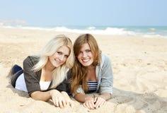 Deux filles à la mer proche extérieure Images stock
