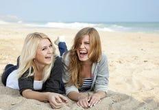 Deux filles à la mer proche extérieure Photo libre de droits