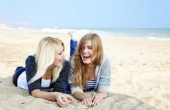 Deux filles à la mer proche extérieure. Photographie stock libre de droits