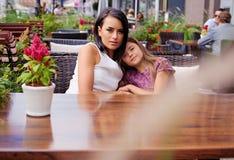 Deux filles à la table dans un café d'air ouvert Image libre de droits
