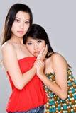 Deux filles étreignant avec émotion ensemble Photographie stock libre de droits