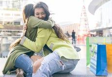 Deux filles étreignant chaque autres après long temps elles ont été DIS Photos stock