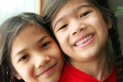 Deux filles étreignant et souriant Photo stock