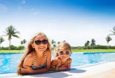 Deux filles adorables détendant à la piscine Image libre de droits