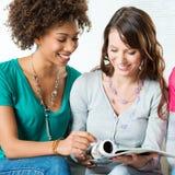 Deux filles affichant le magazine Photographie stock libre de droits