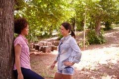 Deux filles amicales causant heureusement ensemble Image libre de droits