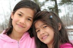 Deux filles appréciant l'hiver Photo stock