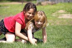 Deux filles appréciant une lutte espiègle photographie stock libre de droits