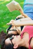 Deux filles asiatiques se trouvant sur une herbe Images stock