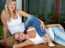Deux filles assez blondes sur la table Photo libre de droits