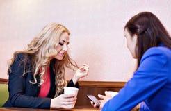 Deux filles assez caucasiennes de jeunes Images stock