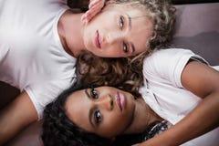 Deux filles attirantes - blondes et mensonge de brune tête à tête Photographie stock libre de droits