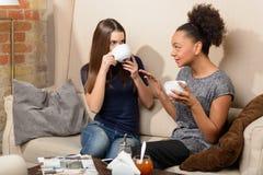 Deux filles attirantes dans le café Photographie stock libre de droits