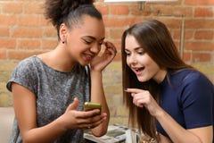 Deux filles attirantes dans le café Photo libre de droits