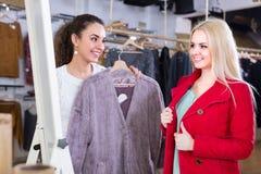 Deux filles au magasin d'habillement Photographie stock libre de droits