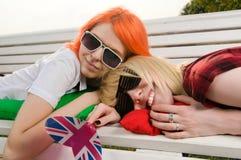 Deux filles au stationnement d'été Images stock