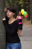 Deux filles au stationnement d'automne Photos libres de droits