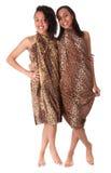 Deux filles aux pieds nus chez l'impression animale Photographie stock