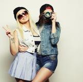 Deux filles avec des appareils-photo dans le style de hippie Photographie stock