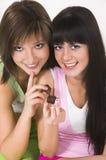 Deux filles avec des chocolats photographie stock libre de droits