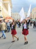 Deux filles avec des drapeaux Photographie stock