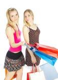 Deux filles avec des sacs - achats de comparaison. Vente ! Images stock