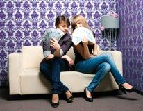 Deux filles avec des ventilateurs des billets de banque russes Photographie stock