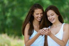 Deux filles avec du charme affiche le message Photos stock
