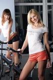 Deux filles avec du charme dans une salle de gymnastique Images stock