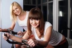 Deux filles avec du charme dans une salle de gymnastique Photos stock