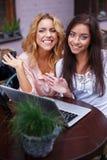 Deux filles avec l'ordinateur portable Images stock