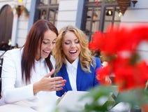 Deux filles avec l'ordinateur portable Photos libres de droits