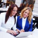 Deux filles avec l'ordinateur portable Photo libre de droits