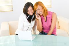 Deux filles avec l'ordinateur portatif image stock