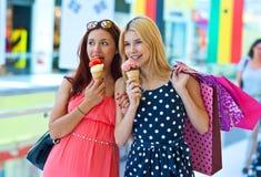 Deux filles avec la crême glacée Photos stock