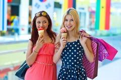 Deux filles avec la crême glacée Photo stock