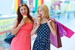 Deux filles avec la crême glacée Photo libre de droits